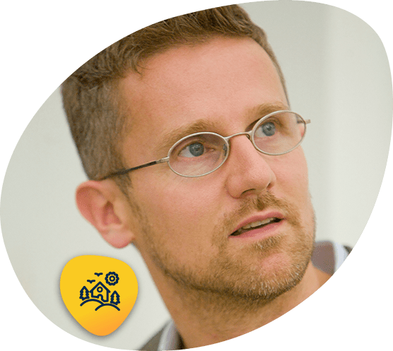 Portrait of Carlo Ratti with icon for Human Habitat Experience strategic direction